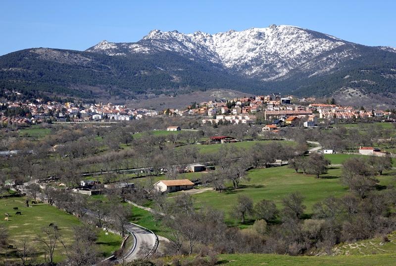 Vista general de Cercedilla, bajo el macizo de los Siete Picos.